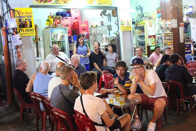 Drink Beers in Bui Vien Street