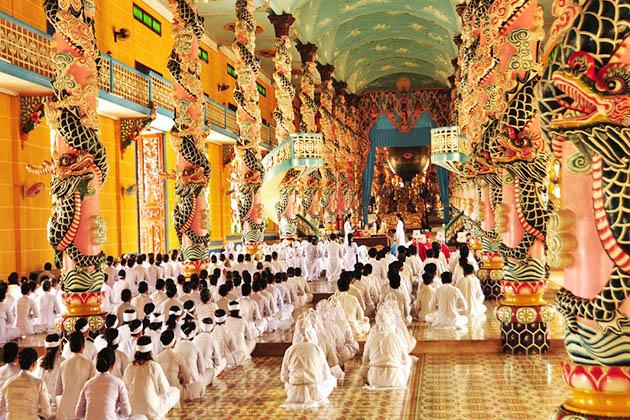 Visit Cao Dai Temple