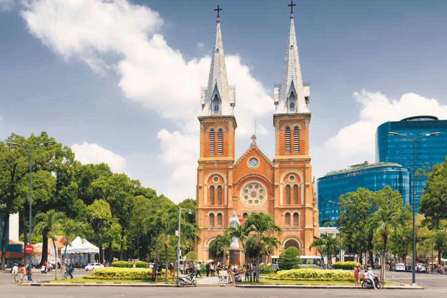 notre dame cathedral hop on hop off bus in saigon